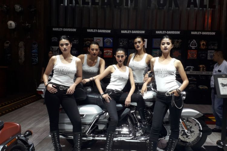 Para SPG berpose di Harley Davidson CVO Limited yang dipamerkan pada gelaran GIIAS 2018.