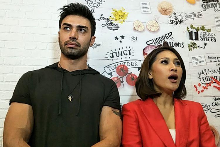 Penyanyi Tata Janeeta dan sang suami, Mehdi Zati dalam peluncuran album Story of a Broken Heart di sebuah restoran cepat saji di kawasan Kemang, Jakarta Selatan, Rabu (25/7/2018).