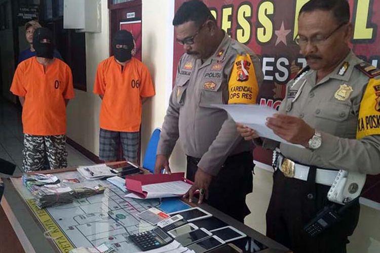 Tersangka berikut barang bukti kasus judi togel yang diamankan Polres Ternate, Maluku Utara, Rabu (4/4/2018).