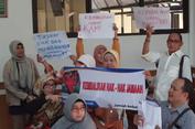 Berbagai Spanduk Warnai Sidang Kasus First Travel di PN Depok