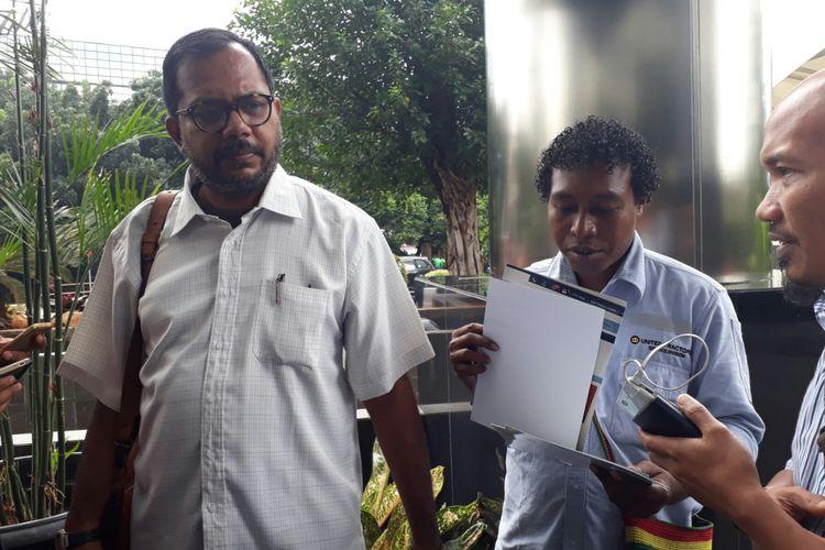 Pengacara karyawan PT Freeport Indonesia, Haris Azhar, melaporkan petinggi PT FI dan hakim di Papua ke KPK, Senin (12/2/2018)
