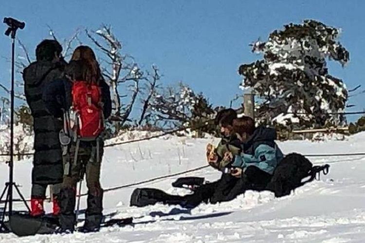 Xiumin EXO dan Changmin TXVQ (berdua di kanan) menjalani shooting seri televisi I Live Alone di Taman Nasional Hallasan, Pulau Jeju, Korea Selatan.