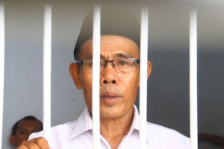 Kepala Desa Ranjok Basirudin (51) dipenjara lantaran demo bersama warganya menuntut pembangunan fasilitas umum di perumahan bersusidi  PT Lombok Royal Property. Basirudin menjalani sidang pertamanya di PN Mataram, Selasa siang (17/4/2018).