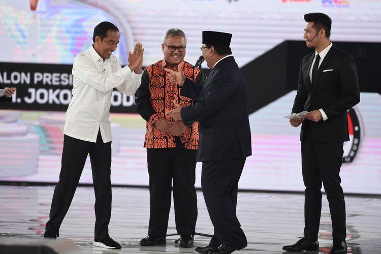 Capres nomor urut 01 Joko Widodo (kiri) dan capres nomor urut 02 Prabowo Subianto (kedua kanan) bersama Ketua KPU Arief Budiman (kedua kiri) sebelum mengikuti debat capres putaran keempat di Hotel Shangri La, Jakarta, Sabtu (30/3/2019). Debat itu mengangkat tema Ideologi, Pemerintahan, Pertahanan dan Keamanan, serta Hubungan Internasional.