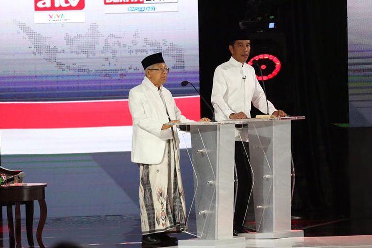 Calon presiden dan wakil presiden nomor urut 01, Joko Widodo (kanan) dan KH Maruf Amin saat mengikuti debat kelima Pilpres 2019 di Hotel Sultan, Jakarta, Sabtu (13/4/2019) malam. Debat terakhir itu mengangkat tema ekonomi dan kesejahteraan sosial, keuangan, investasi, serta industri.