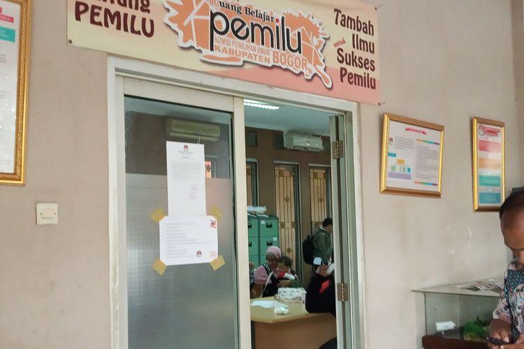 Sejumlah warga mengantrieuntuk mendapatkan formulir A5 di Kantor KPU Cibinong Kabupaten Bogor, Rabu (10/4/2019)