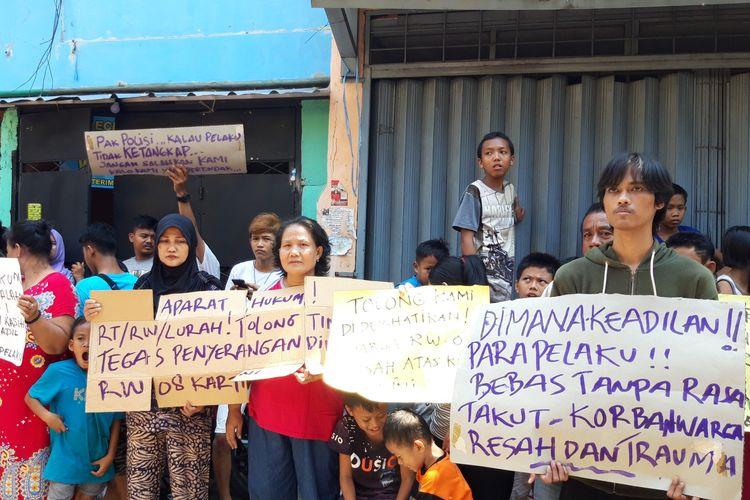 Warga RW 008, Kartini, Sawah Besar, Jakarta Pusat unjuk rasa menuntu pengusutan kasus oleh orang tak dikenal, Selasa (26/3/2019)