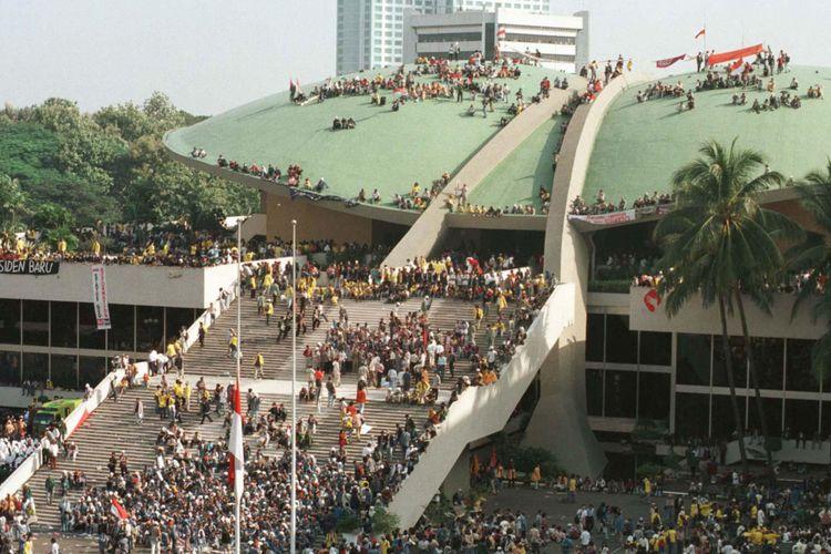 Mahasiswa se-Jakarta, Bogor, Tangerang, dan Bekasi mendatangi Gedung MPR/DPR, Mei 1998, menuntut reformasi dan pengunduran diri Presiden Soeharto. Sebagian mahasiswa melakukan aksi duduk di atap Gedung MPR/DPR.  Kompas/Eddy Hasby (ED) *** Local Caption *** http://kom.ps/AB2H32
