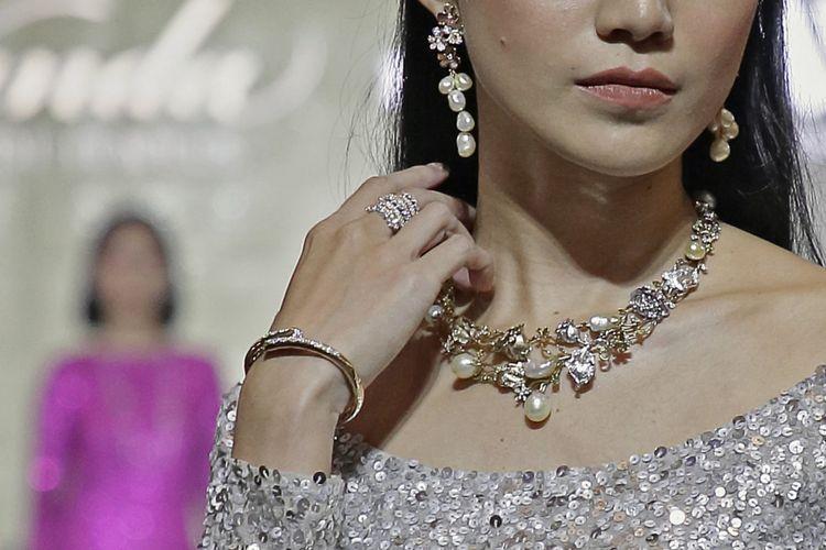 Koleksi Wanda House of Jewels x HOWA House of Wanda Alva yang ditampilkan di panggung Objects of Desire  jewellery show di Plaza Indonesia, Jakarta, Rabu (24/10/2018).