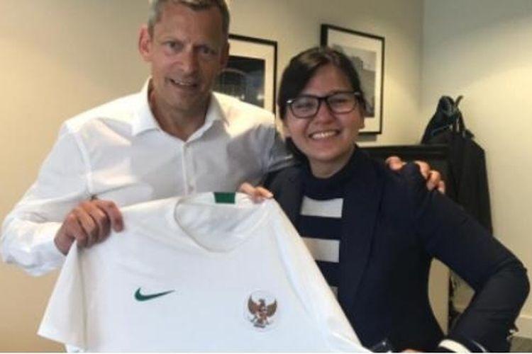 Sekjen PSSI, Ratu Tisha Destria (kanan) saat berfoto dengan pihak Asosiasi Sepak Bola Inggris (FA).