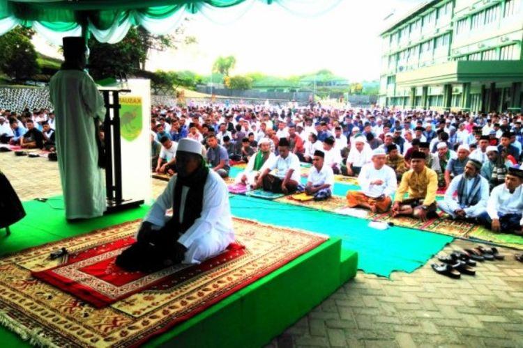 Khatib dalam Khutab Shalat Idul Fitri 1439 hijriah di Lapangan Apel Makodam XVIII/Kasuari, Papua Barat, Jumat (15/6/2018).