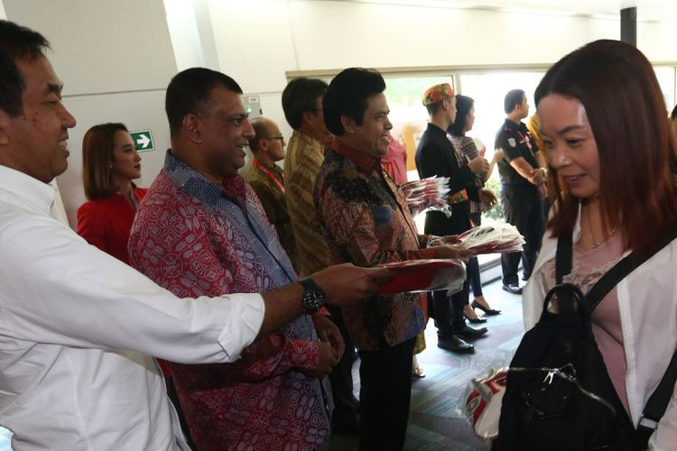 CEO Air Asia Tony Fernandez (kedua kiri) bersama Presiden Direktur Angkasa Pura II Muhammad Awaludin (kiri) memberikan cenderamata kepada penumpang penerbangan perdana Makau-Jakarta, di Terminal 2 Bandara Soekarno Hatta, Tangerang, Banten, Senin (7/8/2017). Dibukanya penerbangan langsung Jakarta-Makau dan sebaliknya yang berdurasi tiga kali satu minggu diharapkan mampu mendatangkan turis mancanegara dari Makau untuk berwisata di Indonesia. ANTARA FOTO/Muhammad Iqbal/kye/17