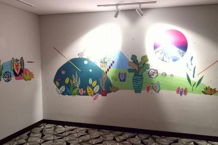Dekorasi mural di Artotel Yogyakarta, karya Rara dan Putut yang tergabung dalam seniman Tempa. Dengan kombinaasi seni murni dan desain grafis, ia menuangkan kisah tentang gunung Merapi sebagai penyeimbang alam di Yogyakarta, bisa dilihat di lantai tiga.