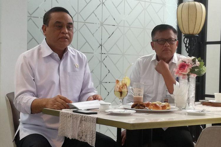 Menteri Pendayagunaan Aparatur Negara dan Reformasi Birokrasi (Menpan RB) Syafruddin (kiri) dalam konferensi pers di Restoran Pandor, Jakarta, Selasa (13/11/2018).