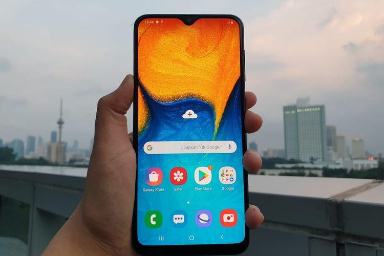 layar Galaxy A20 berpanel AMOLED diameter 6,4 inci dengan takik kecil yang menjorok di ujung layar atau diistilahkan Samsung sebagai Infinity-V. Desain ini memungkinkan layar terasa lebih lega karena aspek rasionya 19,5: 9. Resolusi layarnya 720 x 1,560 piksel (HD Plus). Bingkai layarnya juga terpangkas cukup banyak, hanya saja di bagian bawah masih ada bezel (bingkai) yang agak tebal.
