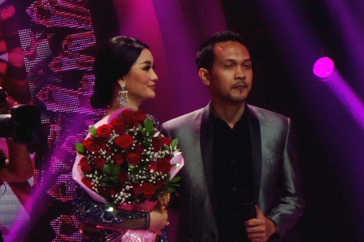 Penyanyi dangdut Zaskia Gotik bersama sang kekasih, Ryan saat diabadikan di Studio 5 Indosiar, Daan Mogot, Jakarta Barat, Senin (3/7/2017).