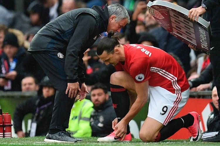 Manajer Manchester United, Jose Mourinho, memberi instruksi kepada penyerang Zlatan Ibrahimovic yang masuk sebagai pemain pengganti pada laga kontra Chelsea di Stadion Old Trafford, Minggu (16/4/2017).