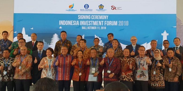 Penandatanganan perjanjian kerja sama antara BUJT dengan perbankan dan lembaga keuangan dalam acara Indonesia Investment Forum 2018 sebagai rangkaian kegiatan IMF - World Bank Annual Meetings 2018, di Nusa Dua, Kamis (11/10/2018).