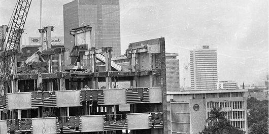 Pembongkaran gedung Wisma Warta di jalan MH Thamrin. Gedung bersejarah tempat eks Pers Centre Asian Games IV/1962 Jakarta. Kemudian dijadikan hotel dan kantor perwakilan pers asing di Jakarta. Tempat tersebut kini dijadikan hotel dan pusat perbelanjaan