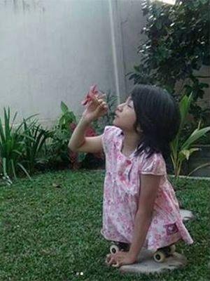 Bulan Karunia Rudianti, bocah difabel kelas III SD di Pekanbaru, mengirimkan surat terbuka untuk Presiden Jokowi. Dia meminta kursi roda kepada Jokowi.
