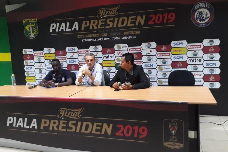 Pelatih Arema FC Milomir Seslija bersama pemainnya Makan Konate saat sesi jumpa pers usai prrtandingan leg pertama Final Piala Presiden di Stadion Gelora Bung Tomo, Surabaya, Surabaya, Selasa (9/4/2019).