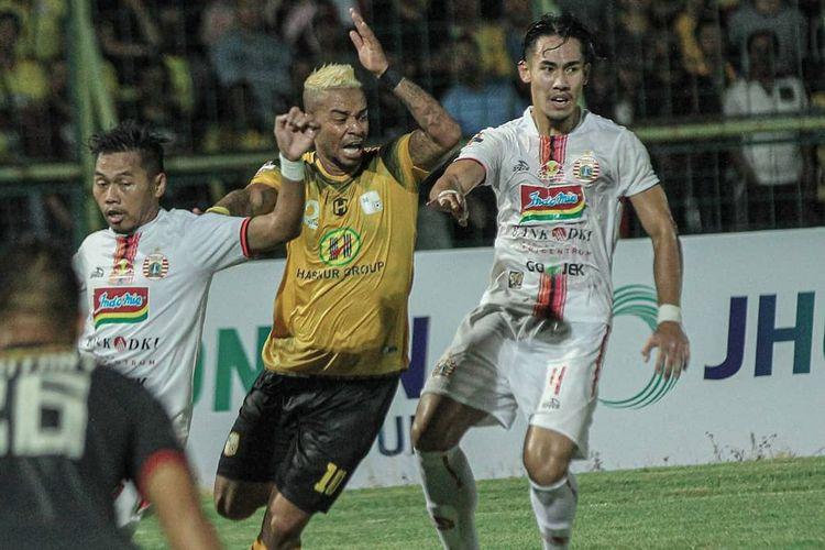 Striker Barito Putera asal Brasil, Rafael Silva (tengah).