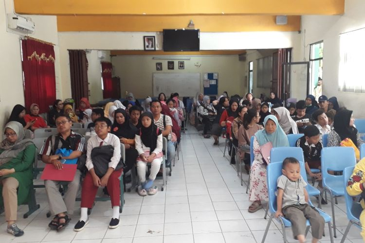 Suasana hari pertama pra pendaftaran PPDB di SMPN 1 Kota Bekasi padat, Senin (17/6/2019).