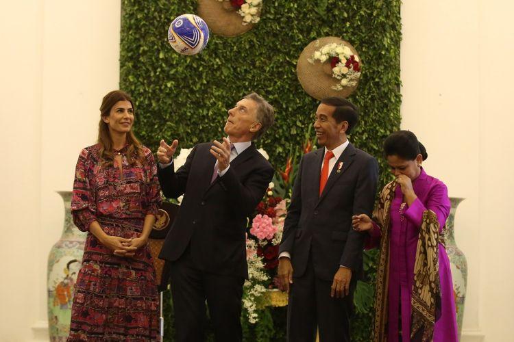Presiden Argentina Mauricio Macri menyundul bola yang diberikan Presiden Joko Widodo.   Momen itu terjadi setelah rangkaian pertemuan kenegaraan kedua kepala negara di Istana Presiden Bogor, Jawa Barat pada Rabu (26/6/2019).