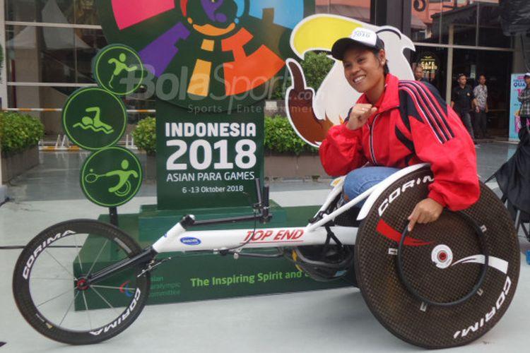 Atlet balap kursi roda dari National Paralympic Committee DKI Jakarta, Maria Goreti Samiyati, berpose dalam acara sosialisasi Asian Para Games 2018 di Cilandak Town Square, Jakarta, pada 22 Desember 2017.