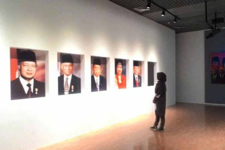 Seorang wisatawan sedang mengamati deretan foto presiden RI di Museum Balai Kirti Bogor, Jawa Barat.