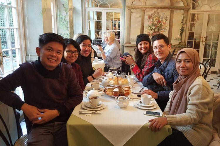 Saya dan teman-teman seperjalanan yang datang ke London, Inggris, menikmati afternoon tea di the Orangery di The Fan Museum, Greenwich, Minggu (5/11/2017).