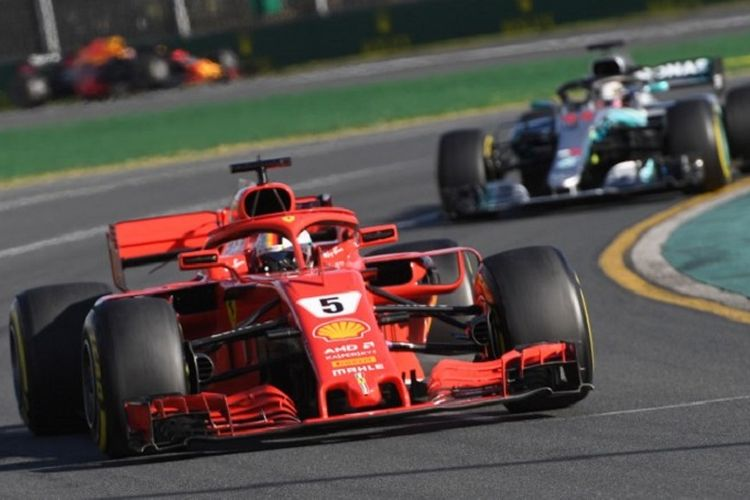 Pebalap Ferrari asal Jerman, Sebastian Vettel, asapi pebalap Mercedes asal Inggris, Lewis Hamilton, pada GP Australia di Sirkuit Melbourne, Albert Park, Minggu (25/3/2018).