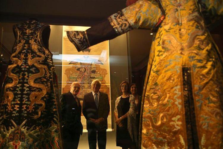 Presiden Yunani Prokopis Pavlopoulos (tengah) saat melihat koleksi peninggalan Kaisar Qianlong yang dipamerkan di Museum Acropolis, Athena, pada pertengahan September lalu.