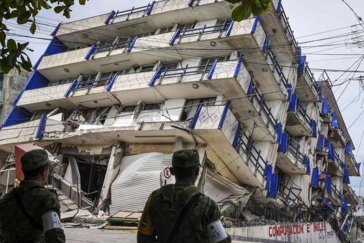 Sejumlah serdadu disiagakan setelah sebuah hotel ambruk di Kota Matias Romero, Negara Bagian Oaxaca.