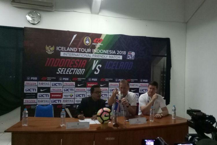 Pelatih tim nasional Islandia, Heimir Hallgrimsson (tengah), menghadiri sesi konferensi pers seusai laga persahabatan melawan Indonesia Selection, di Stadion Maguwoharjo, Sleman, Yogyakarta, Kamis (11/1/2018).