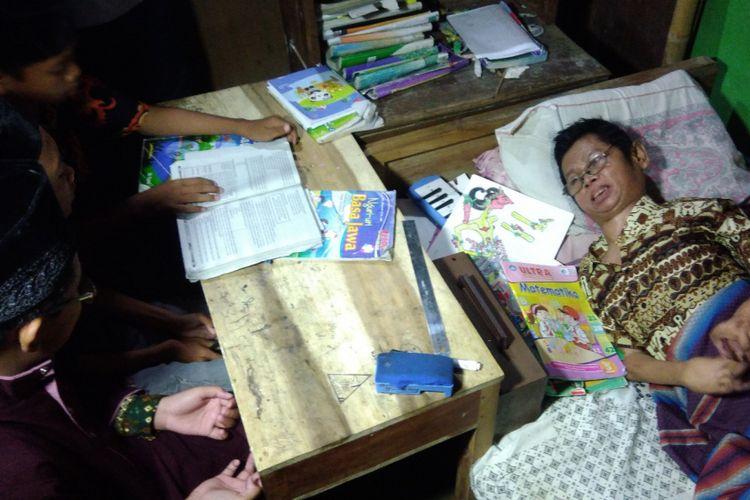 Untoro (60) warga Dusun Klampok, Desa Giripurwo, Kecamatan Purwosari, Gunungkidul, Yogyakarta, sudah mengajar anak-anak tetangga secara gratis sejak 1985.