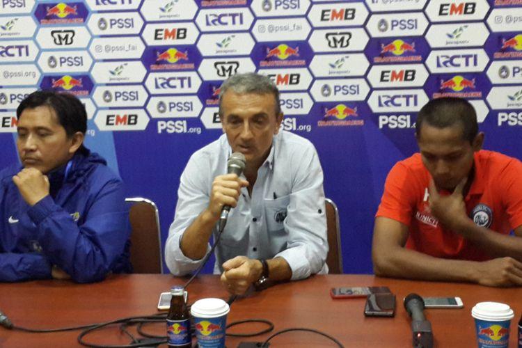 Pelatih Arema FC Milomir Seslija (tengah) saat konferensi pers di Stadion Kanjuruhan, Kabupaten Malang usai ditahan imbang 2-2 Persib Bandung Jumat (22/2/2019)