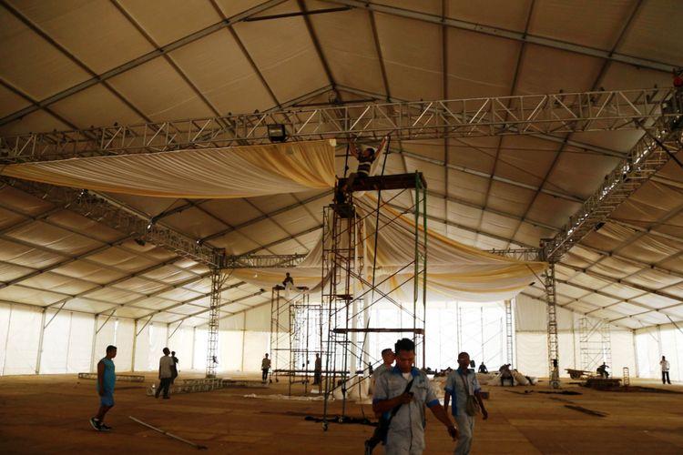 Puluhan pekerja dari WO merampungkan pemasangan tenda super megah untuk acara Ngunduh Mantu putri Presiden Jokowi di Medan, Rabu (15/11/2017)