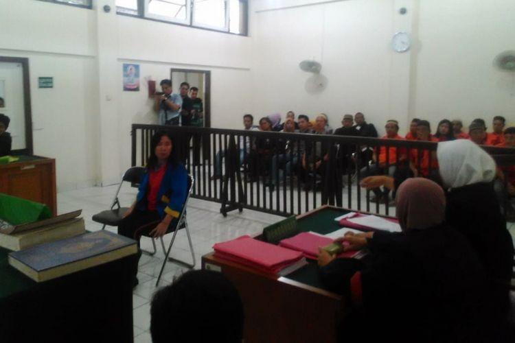 Terdakwa Suciati ketika duduk dikursi pesakitan dan dijatuhkan vonis tujuh tahun penjara lantaran membunuh suaminya sendiri akibat selingkuh, Jumat (31/8/2018).