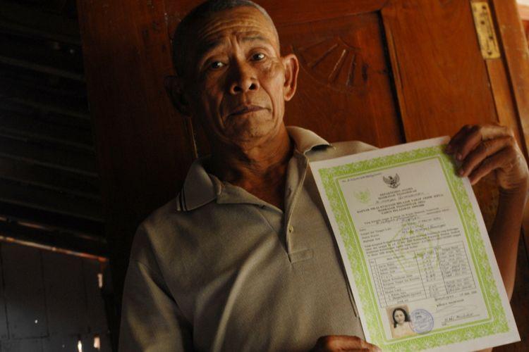 Maryono Wirodirjo (62) menunjukkan ijazah Sumiyati saat ditemui di rumahnya di Dusun Galeh, Desa Kramat, Kecamatan Penawangan, Kabupaten Grobogan, Jawa Tengah, Rabu (10/1/2018).