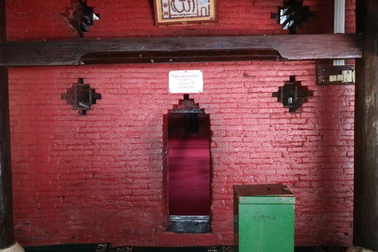 Pintu masuk ruangan dalam Masjid Agung Sang Cipta Rasa, Cirebon.