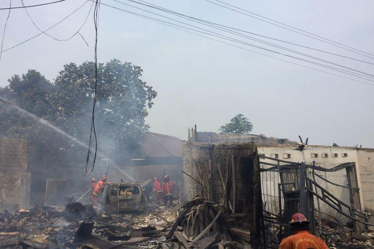 Api membakar sejumlah kios di Jalan Proklamasi, Depok, Rabu (1/8/2018).