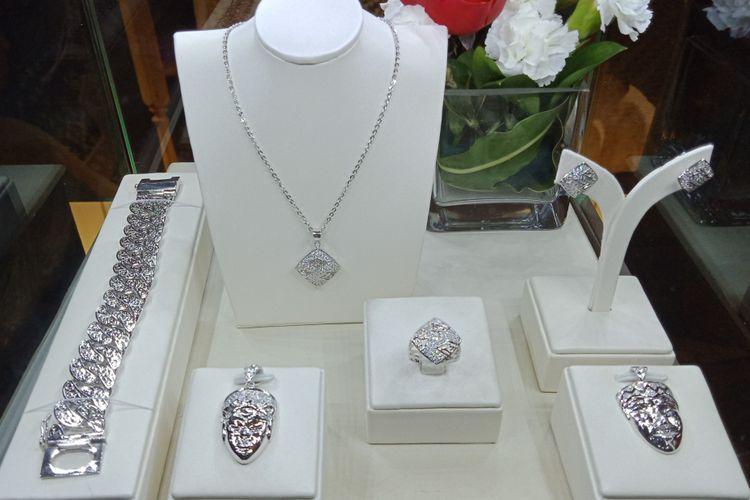 Salah satu koleksi perhiasan Dari Hartadinata untuk Indonesia oleh PT Hartadinata Abadi, Tbk yang dipamerkan dalam peluncurannya di Hotel Mulia Senayan, Selasa (17/4/2018).