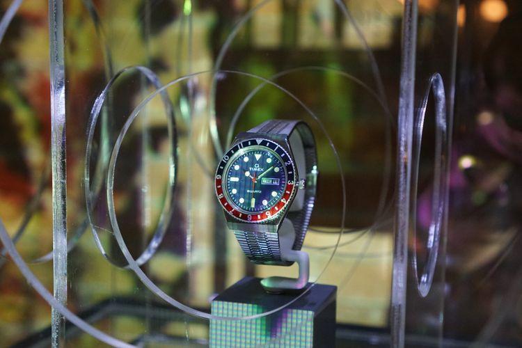 Arloji Q-Timex Re-Issue, sebuah jam tangan terbaru dari Timex yang diproduksi serupa dengan jam tangan sejenis buatan tahun 1979. Mahkota bezel berwarna merah-biru (pepsi) pada arloji ini bisa diputar, dan merupakan fitur modern di jamannya untuk kebutuhan dualtime.