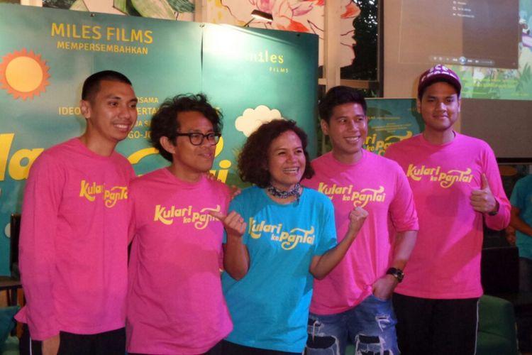 Trio RAN bersama Riri Riza (kedua dari kiri)  dan Mira Lesmana (tengah) menghadiri acara syukuran menjelang shooting film Kulari ke Pantai, di Kopi 89, Kemang Raya, Jakarta Selatan, Rabu (7/3/2018).