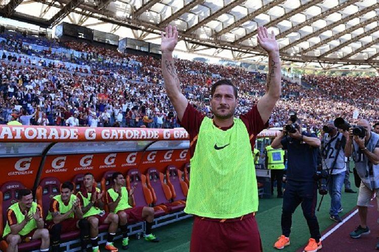 Francesco Totti membalas aplaus suporter di Stadion Olimpico jelang pertandingan antara AS Roma dan Genoa, Minggu (28/5/2017).