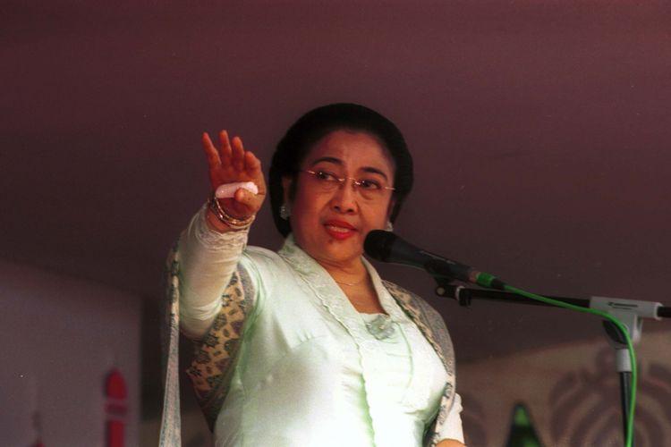 Presiden Megawati Soekarnoputri memberikan sambutan dalam rangka acara halal bi halal keluarga besar Partai Demokrasi Indonesia-Perjuangan (PDI-P) dengan masyarakat sekitanya, di kediaman Presiden di Jalan Kebagusan Besar IV No 45, Pasar Minggu, Jakarta Selatan, Minggu (22/12/2002).