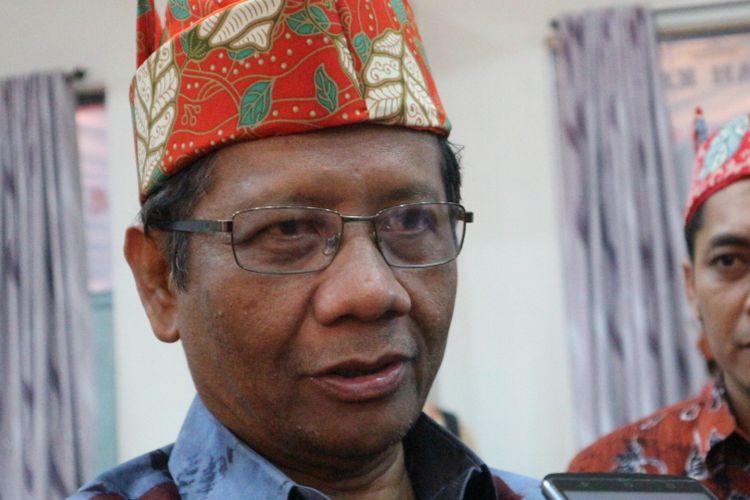 Pakar Hukum Tata Negara Mahfud MD ketika ditemui usai acara pembukaan Konferensi Nasional Hukum Tata Negara (KNHTN) ke-4, di Aula Pemerintah Kabupaten Jember, Jawa Timur, Jumat malam (10/11/2017).