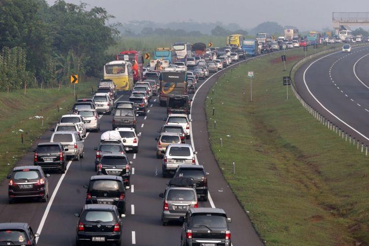Kepadatan arus balik kendaraan mudik lebaran terlihat di Tol Cipularang-Palimanan menuju Jakarta, Jumat (30/6/2017). Kepadatan volume kendaraan terlihat di ruas jalan tol km 86 hingga km 138.