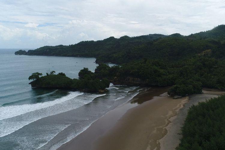 Pantai Pelang sebagai salah satu destinasi wisata andalan Kabupaten Trenggalek terus dikembangkan untuk menarik wisatawan dari Yogyakarta, Solo, Wonogiri, dan Pacitan.